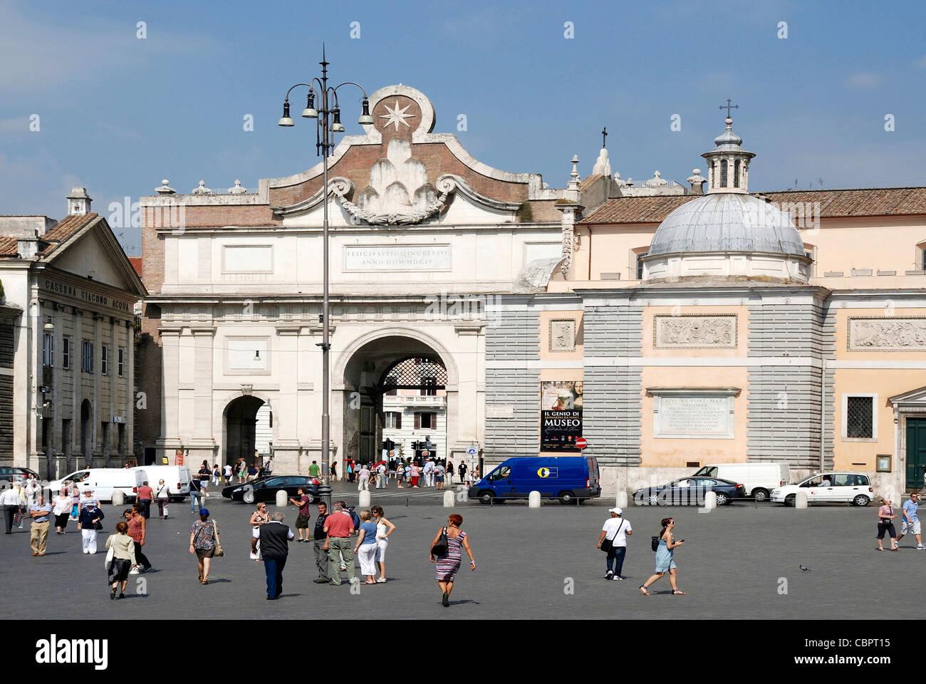 Piazza del Popolo in Rom mit der Porta Popolo. Stockbild