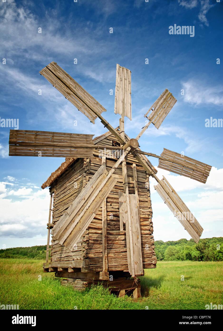 Alte Windmühlen in einem grünen Feldern Stockbild