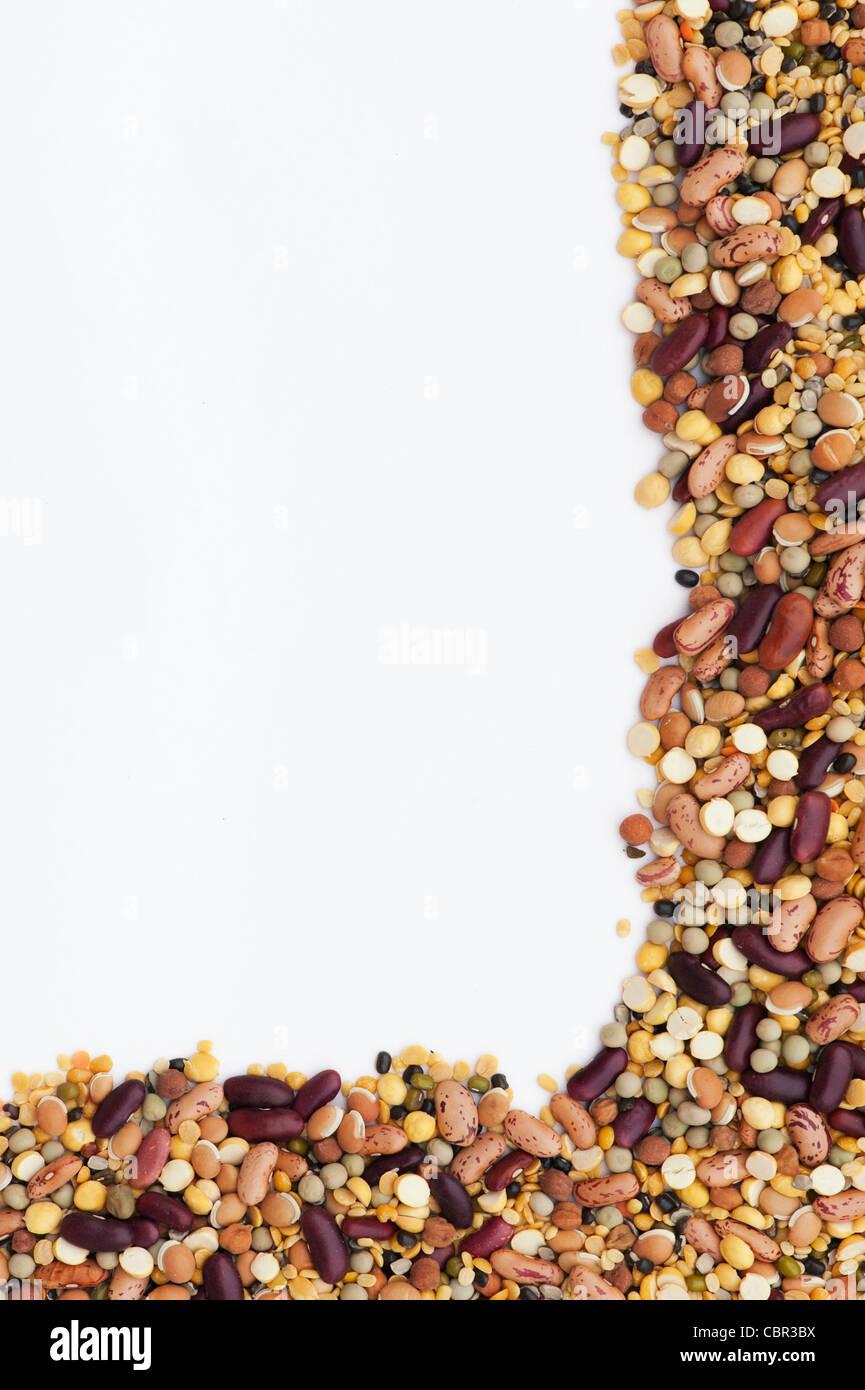 Hülsenfrüchte, Samen, Bohnen und Linsen Rahmen Muster auf weißem ...