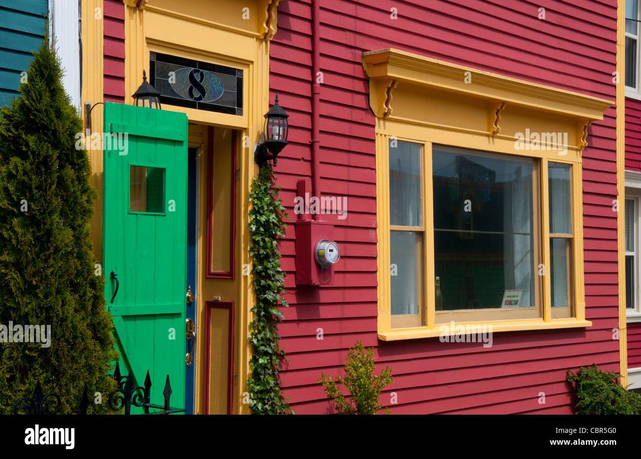 newfoundland canada st johns hauptstadt nahaufnahme von bunten h user ber hmt in der hafenfront. Black Bedroom Furniture Sets. Home Design Ideas