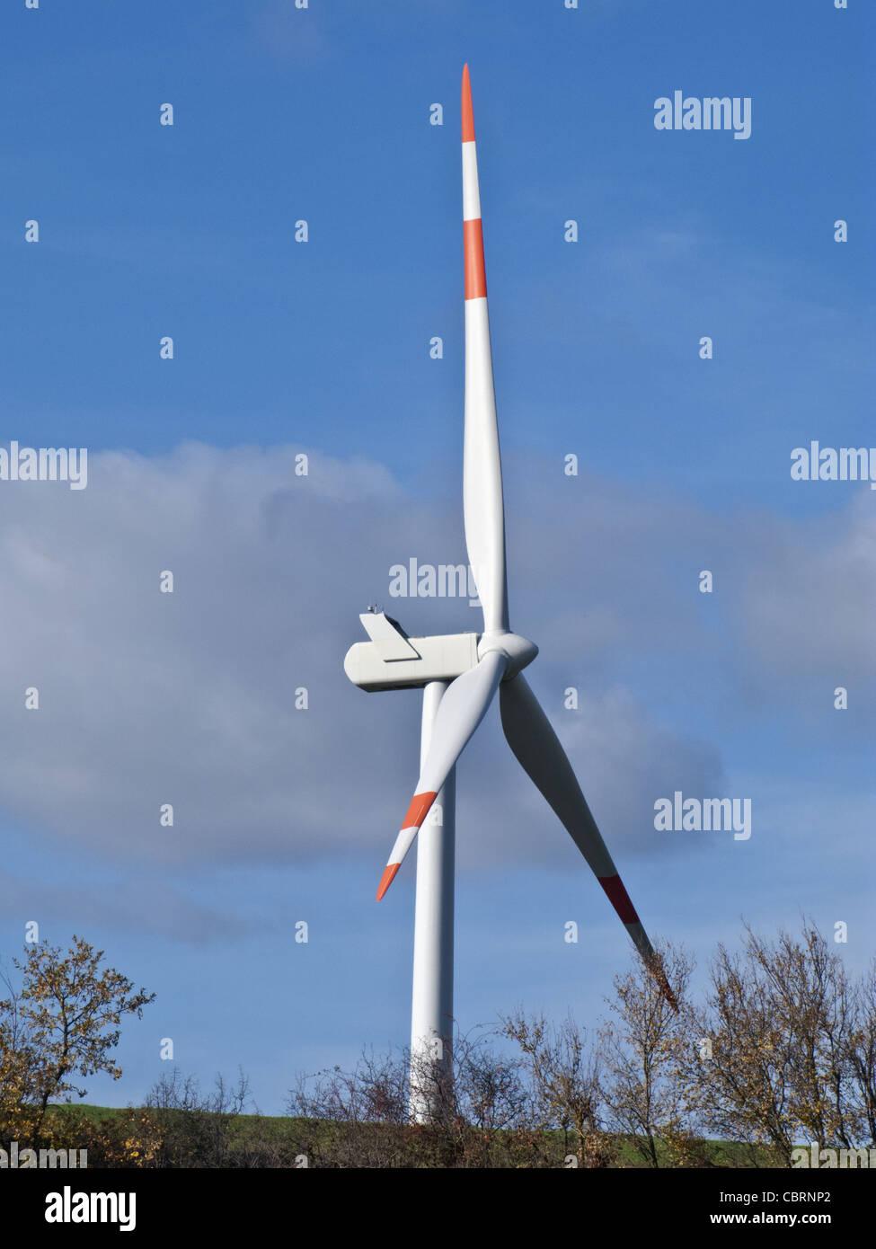 Windgenerator hinter einem Hügel Stockbild