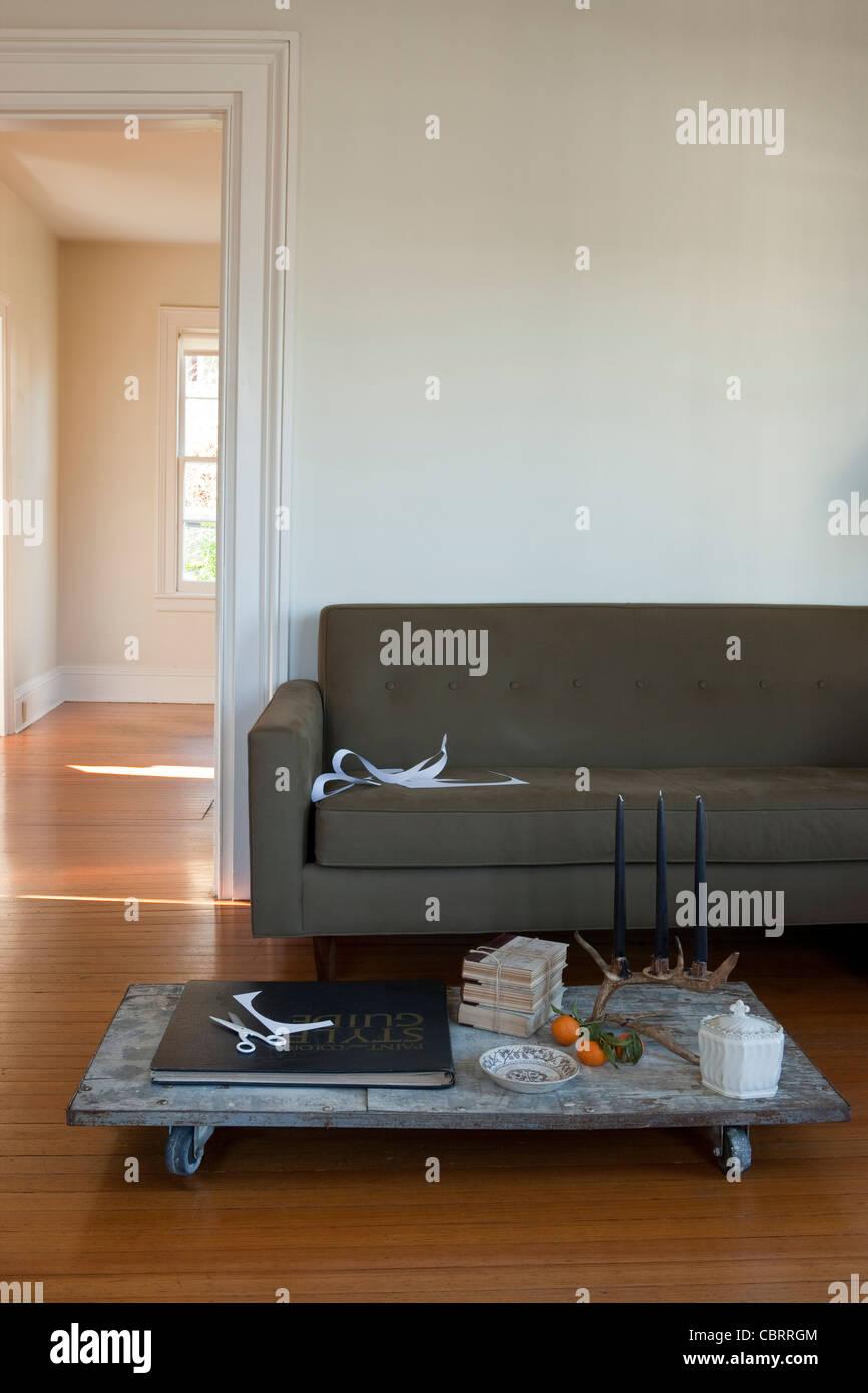 Wohnzimmer mit niedrigen Wagen Couchtisch. Stockbild