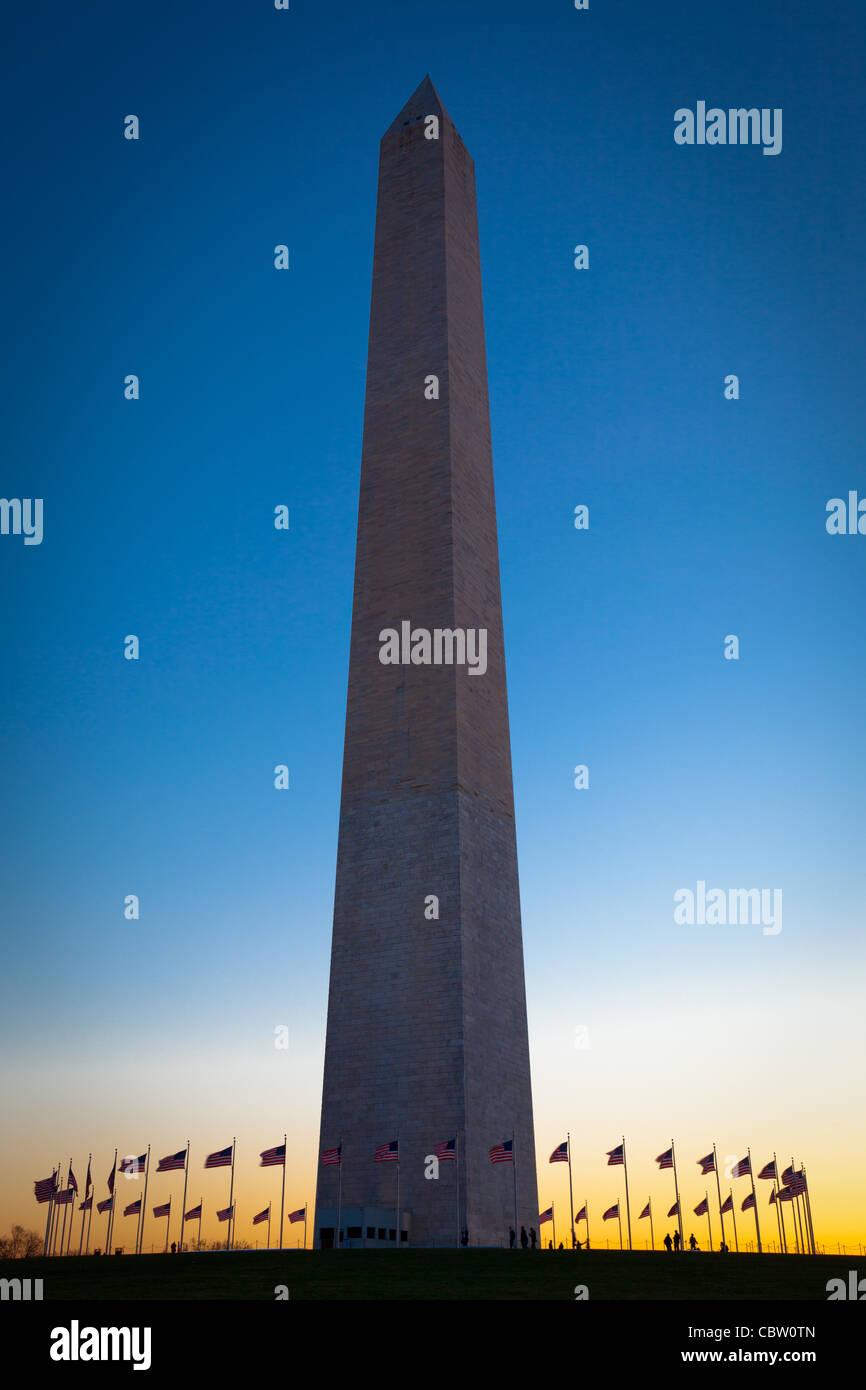 Das Washington Monument auf der National Mall in Washington, DC, umgeben von amerikanischen Flaggen Stockbild