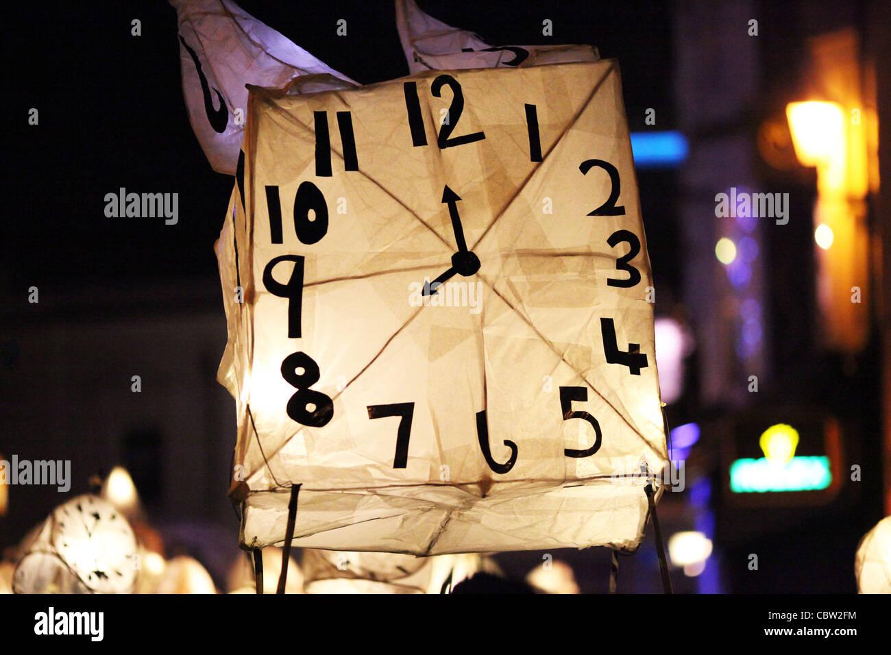 Nachtschwärmer Teilnahme an der jährlichen brennen die Uhren Winter Solstice Parade durch die Straßen Stockbild