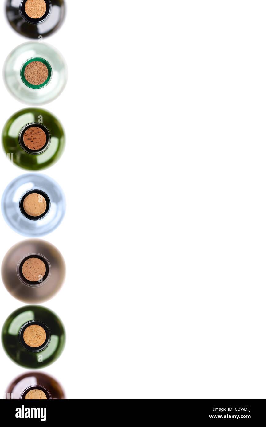 isolierte Weinflaschen mit Korken in Reihe auf der linken Seite Stockbild