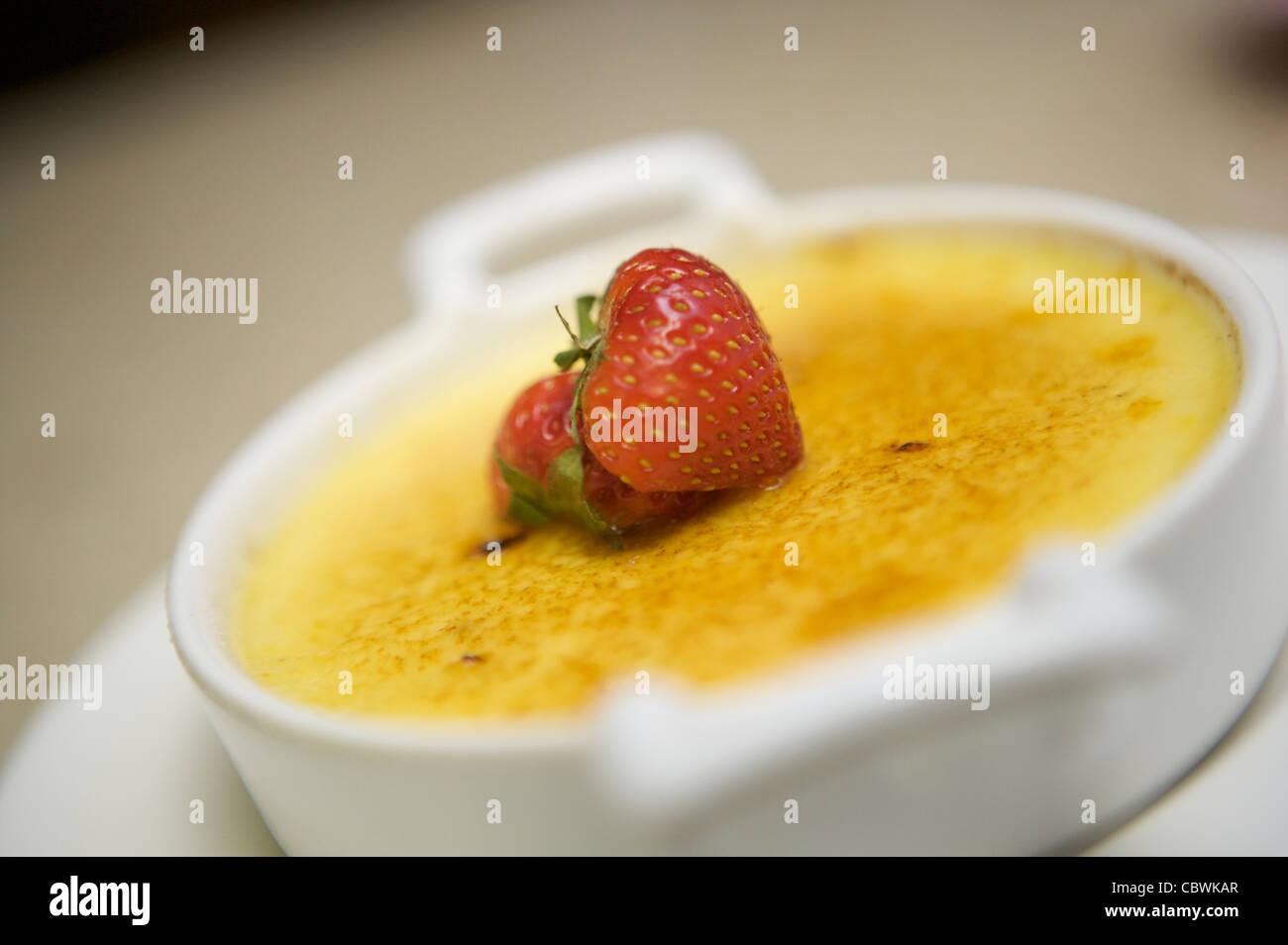 Crème brûlée Pudding/Dessert serviert in einer weißen Schüssel Stockbild