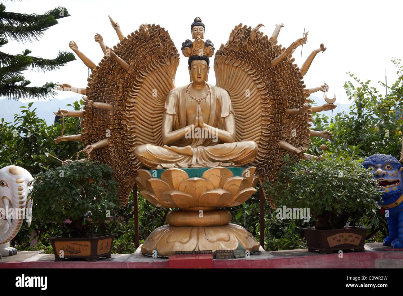 Golden Buddha Sitzt Auf Einer Lotusblute Zehn Tausend Buddhas Kloster Mann Fett Asz Einen Buddhistischer Tempel In Sha Tin Hong Kong Stockfotografie Alamy