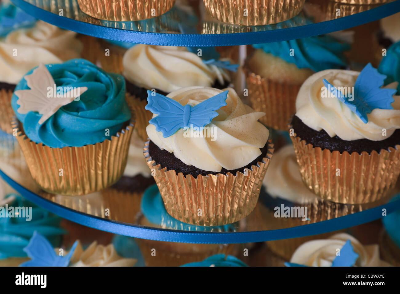 Kleine Kuchen Mit Creme Sahnehaubchen Und Schmetterling Stil