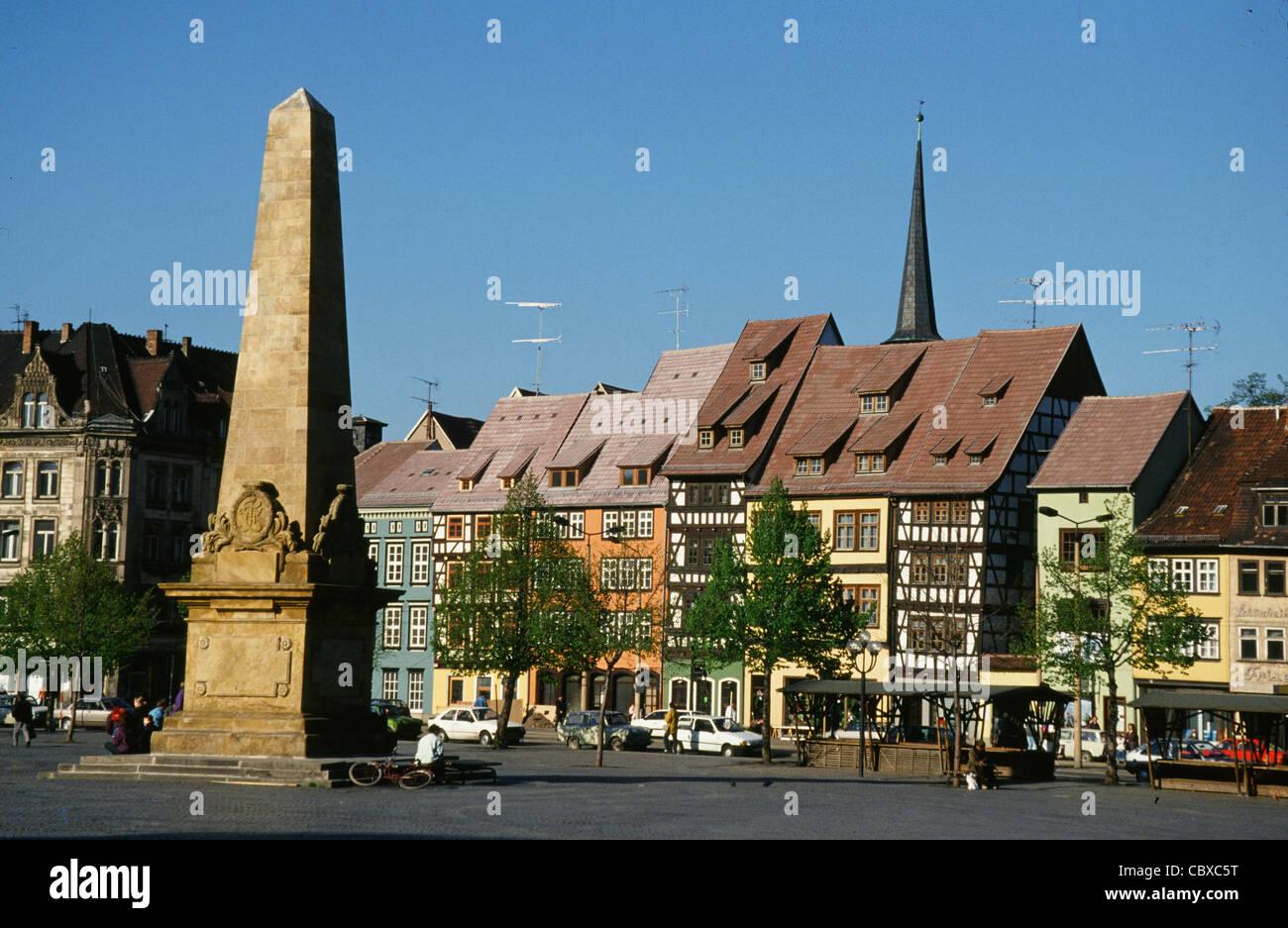 Der Domplatz oder Domplatz mit Obelisk und Fachwerk Häuser am Thüringer Landeshauptstadt Erfurt Stockbild