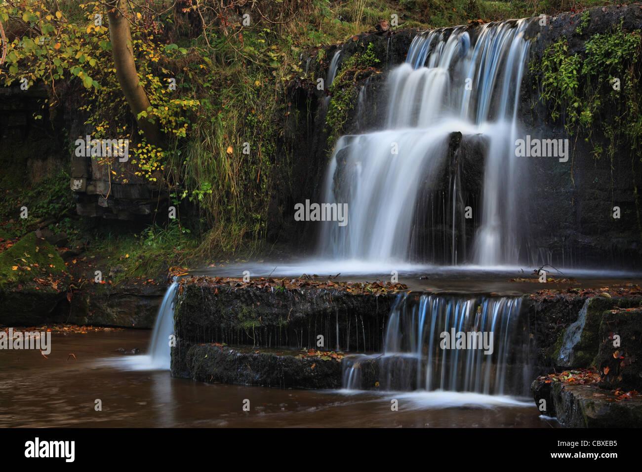 Ein kleiner Wasserfall auf dem Fluss Nidd nahe Lofthouse in Nidderdale, Yorkshire, England Stockbild
