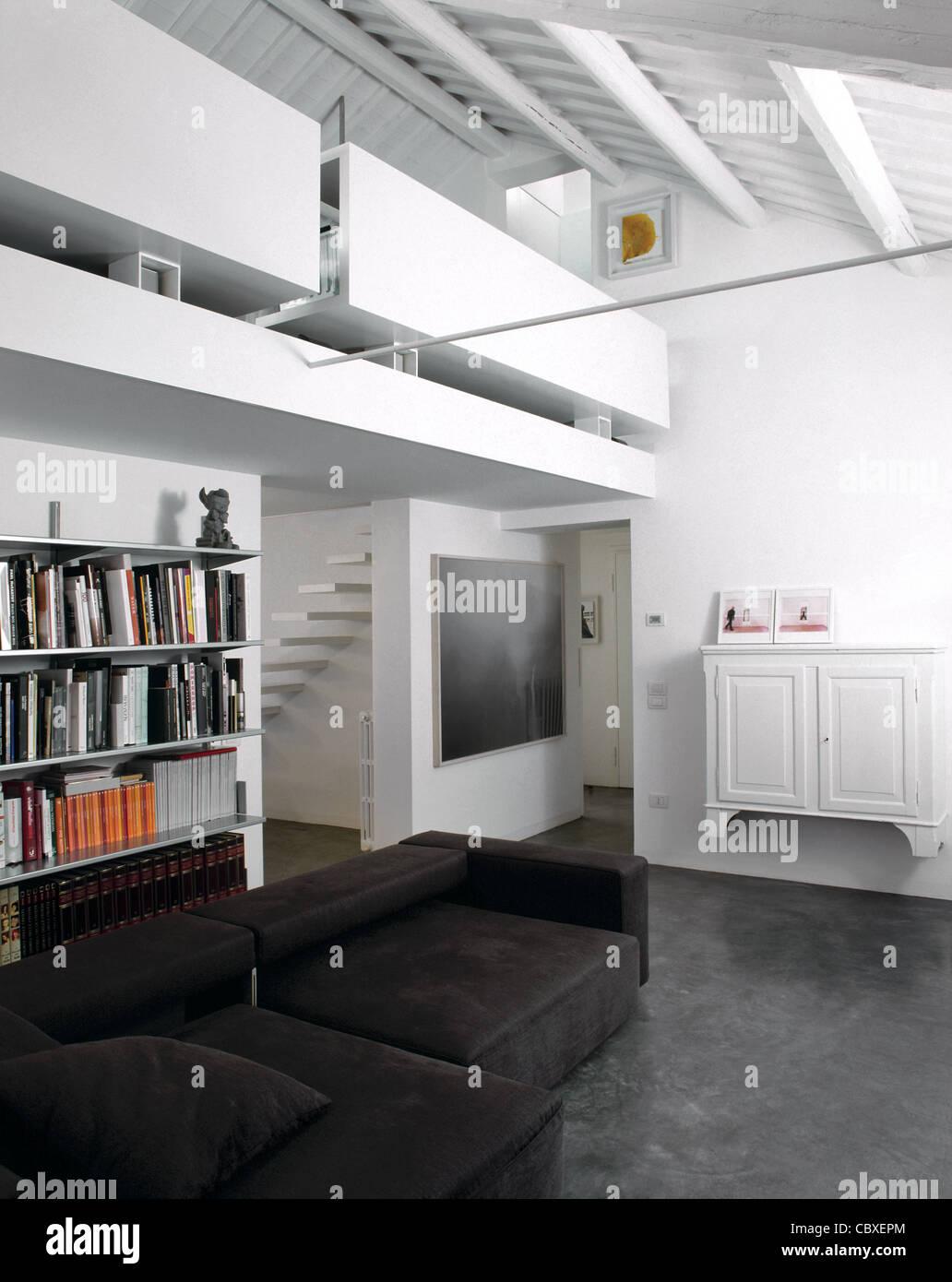 Wohnzimmer Im Dachgeschoss Mit Grauen Harz Boden Und Bucherregal