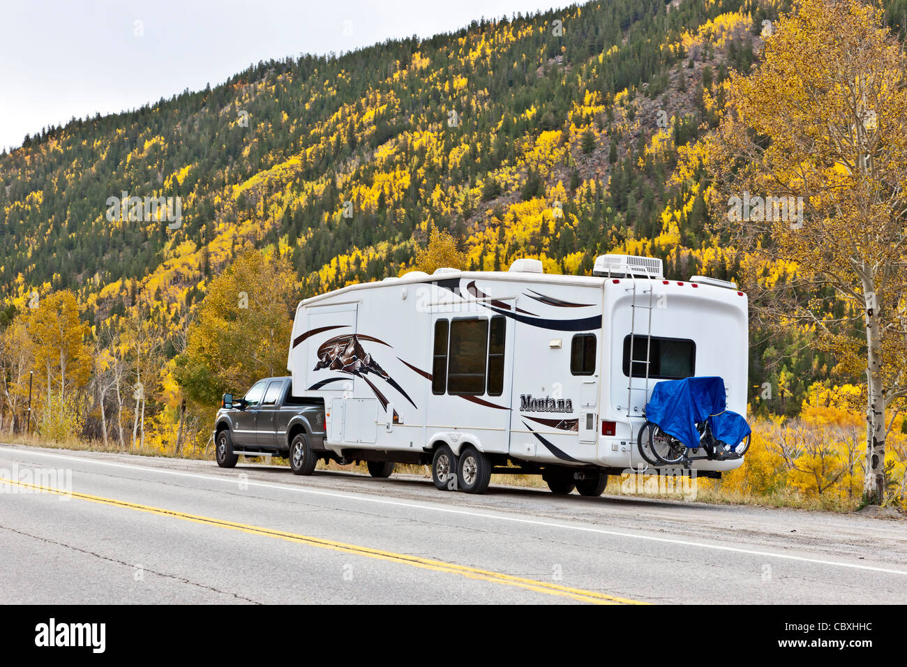 Montana 5th Wheel RV, Herbstlaub. Stockbild