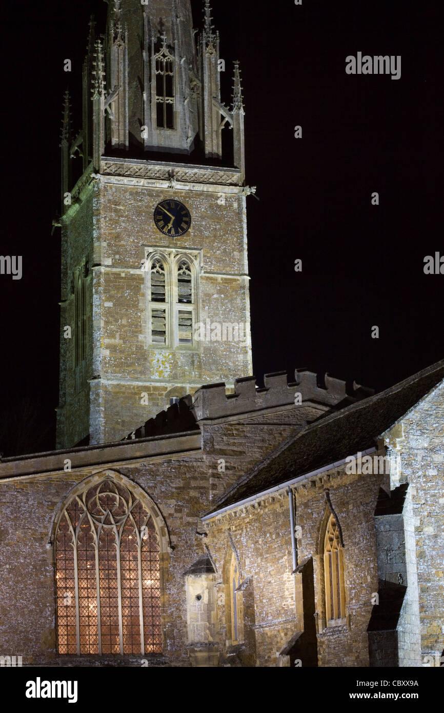 Anglikanische Kirche Pfarrkirche der Heiligen Peter und Paul in der Nacht in Könige Sutton Oxfordshire-England Stockbild