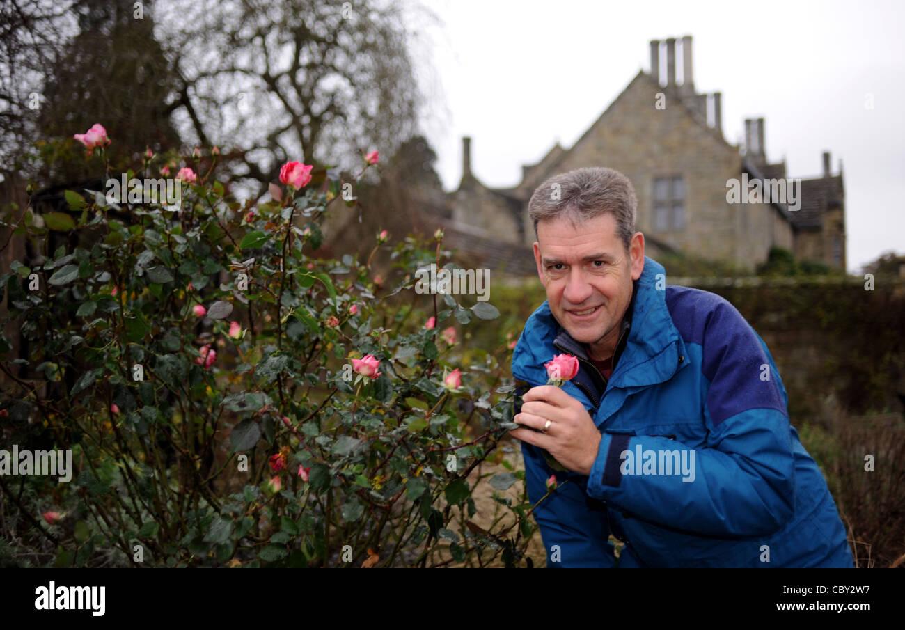Chris Clennet der Garten Manager von Wakehurst Place in Sussex mit einem Eve Price stieg im Dezember noch in voller Stockfoto