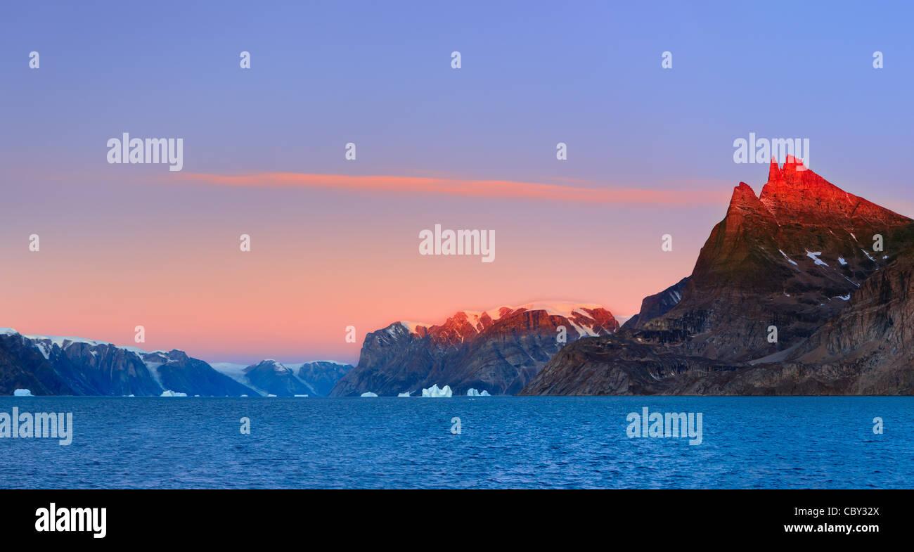 Sonnenaufgang auf dem Øfjord, Scoresbysund, Grönland Stockbild