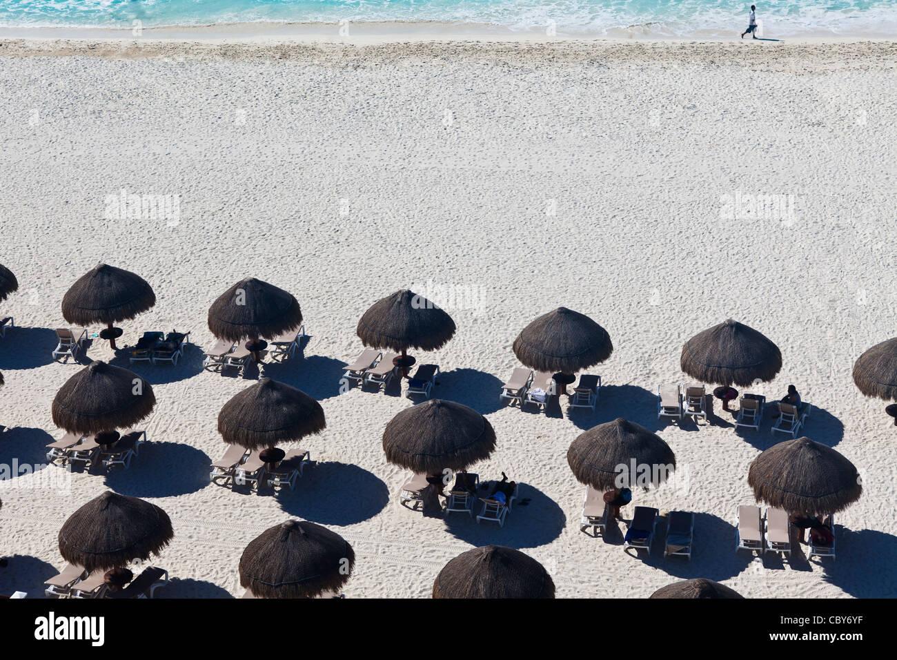 Ansicht von Regenschirmen vom 7. Stock des Krystal Hotel, Hotel Zone, Cancun, Mexiko Stockbild