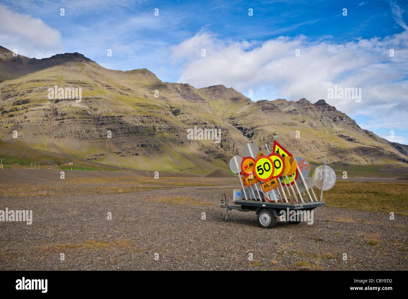 Einem Anhänger voller Verkehrszeichen. Auf der Küste von Island. Stockbild