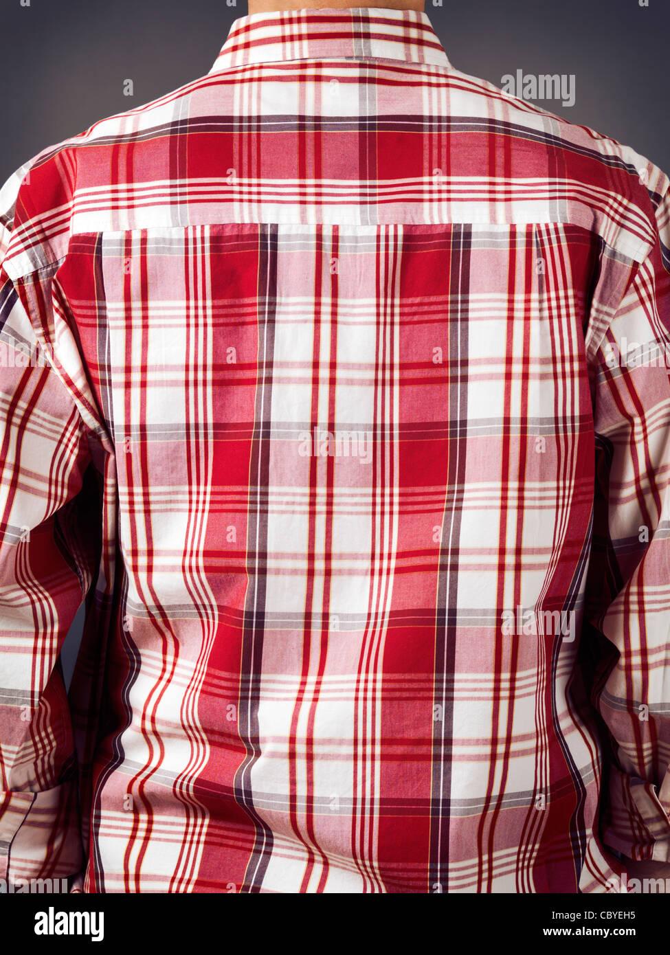 Nahaufnahme eines zurück ein Mann mit Phantasie rot Tartan Shirt. Sicht nach hinten. Stockbild