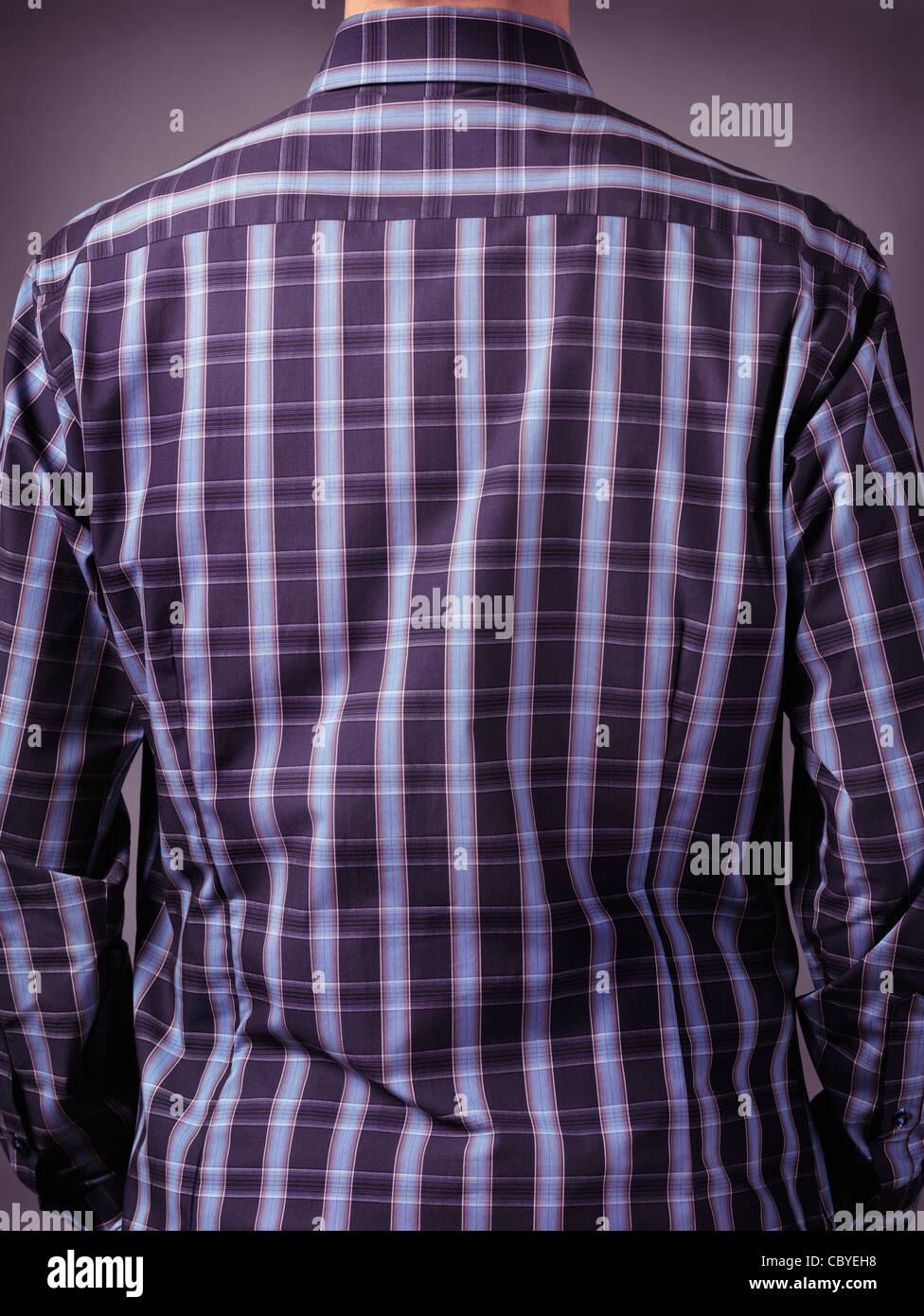 Nahaufnahme eines zurück von einem Mann in stilvollen blauen Tartan Shirt. Sicht nach hinten. Stockbild