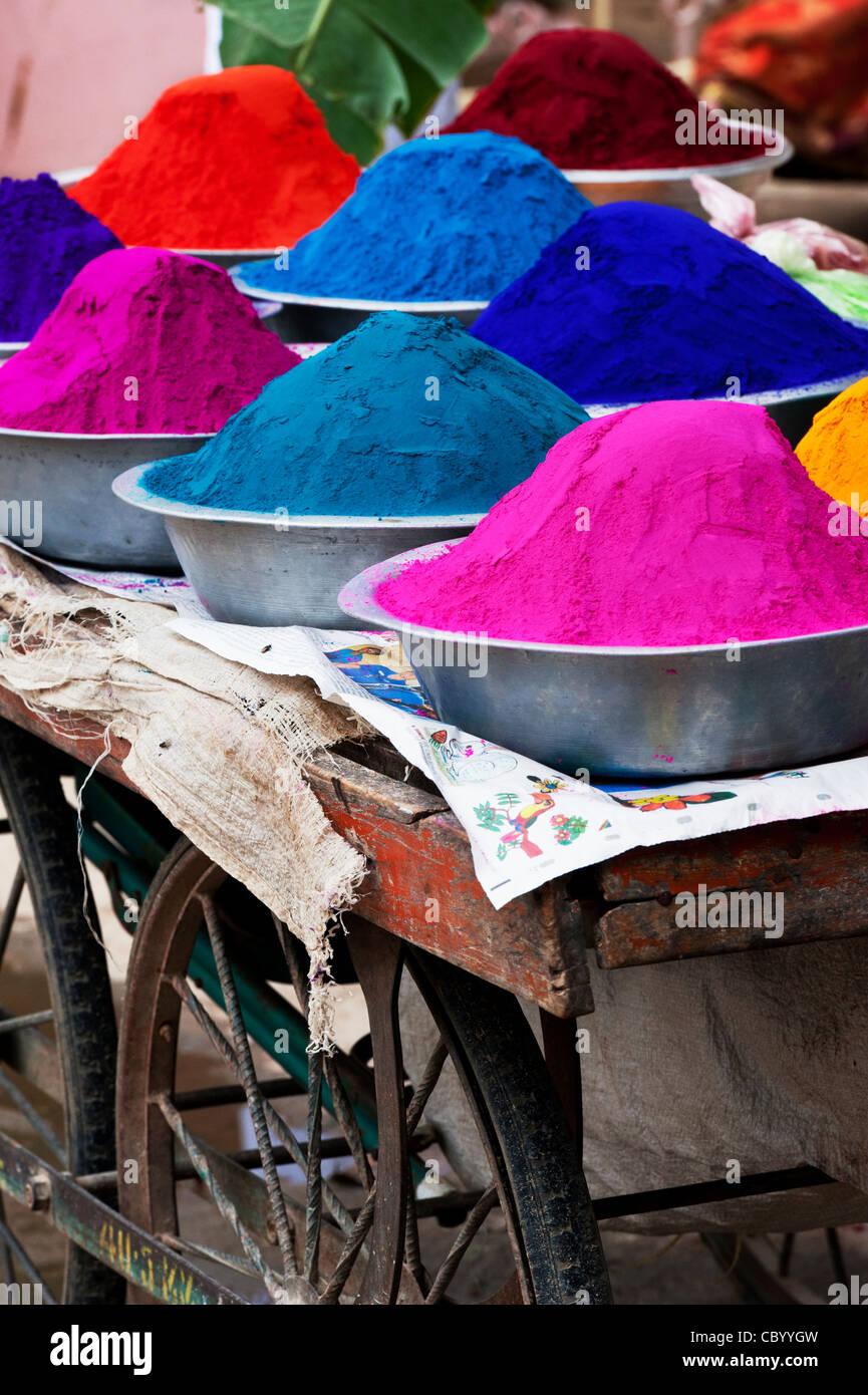 Indische Farbpulver in Metall Schalen verwendet für die Herstellung von Rangoli Designs auf festivals Stockbild