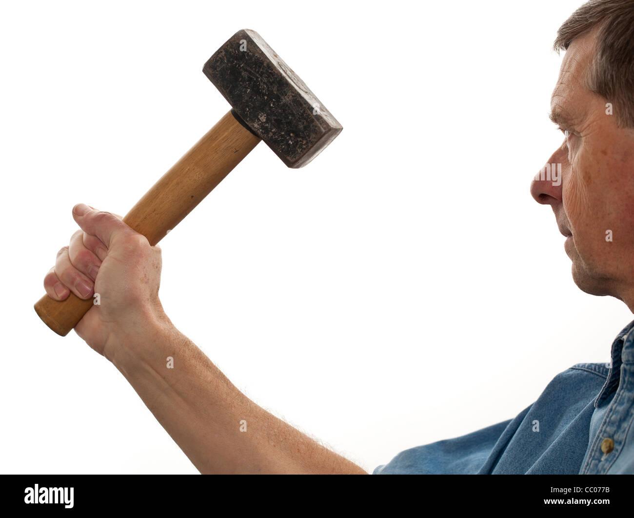 Mann mit einem großen Klumpen Hammer isoliert gegen weiß Stockbild