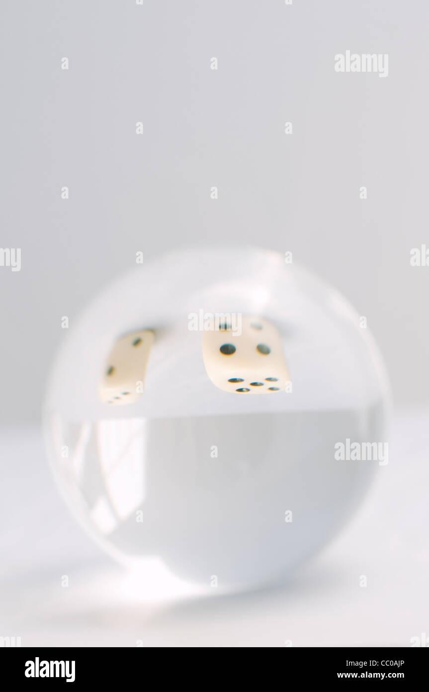 Würfel durch Crystal ball Stockbild