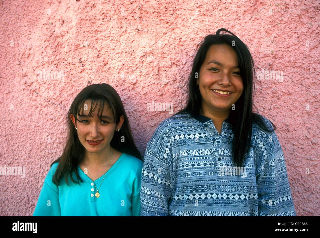Asian Kerl von mexikanischen Mädchen