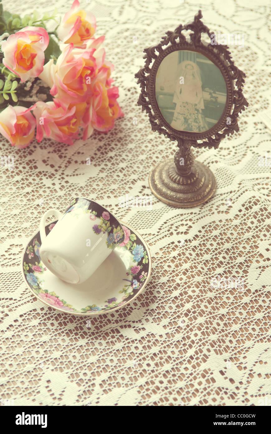 Vintage Teetasse neben Oval geformt, Bilderrahmen und Rosen Stockbild