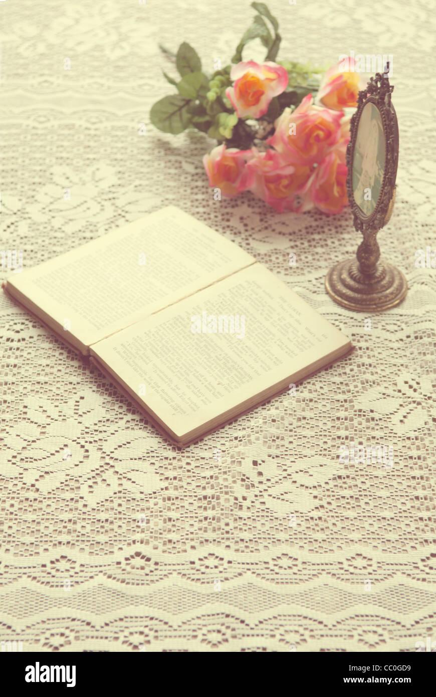 Offenes Buch neben Oval geformte Rahmen und einen Strauß Rosen Stockbild