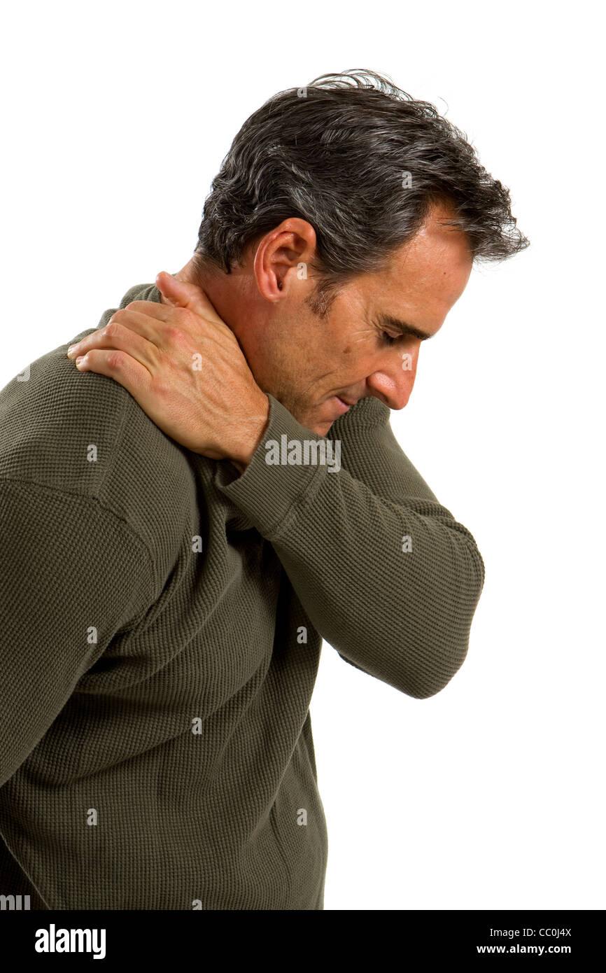 Mann mittleren Alter reibt seine Schulter um die schmerzhaften Muskeln zu entlasten. Stockbild