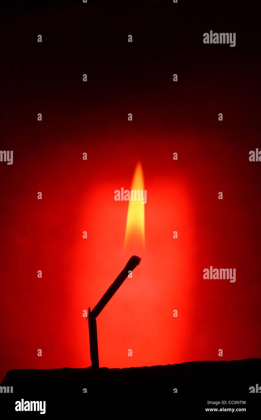 Kontur des Matche Brennen auf rotem Grund Stockbild