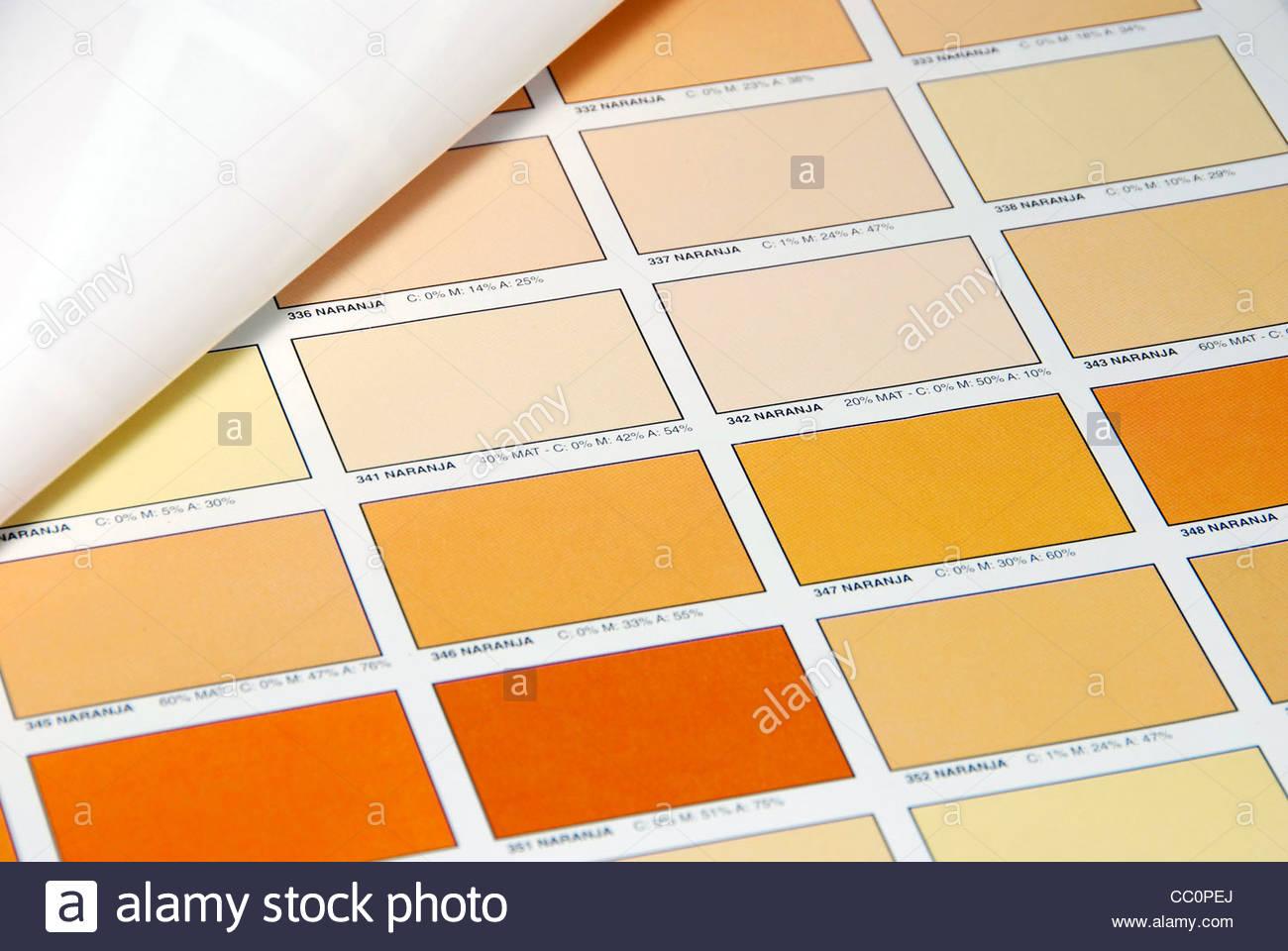 Farbe Orange Flecken auf ein Farbbuch gedruckt. Tool zur grafischen Farbauswahl Stockbild
