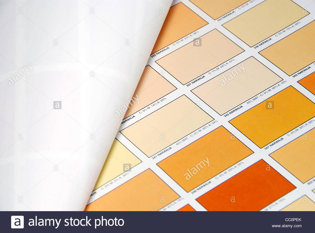 Orange Farbe Farbfelder auf ein Farbbuch gedruckt. Tool zur grafischen Farbauswahl Stockbild
