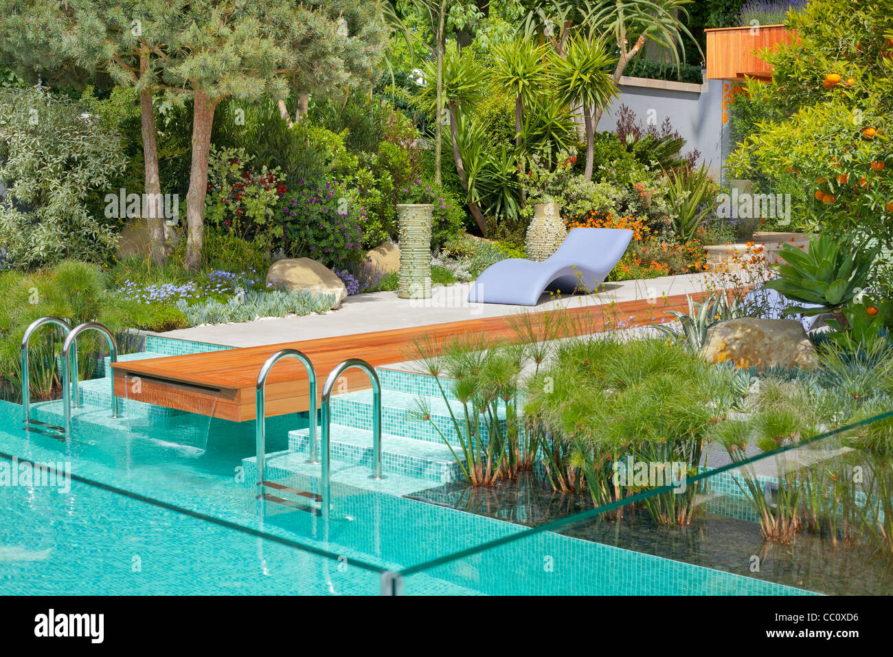 Moderne Gartengestaltung mit einem Swimming Pool im mediterranen ...