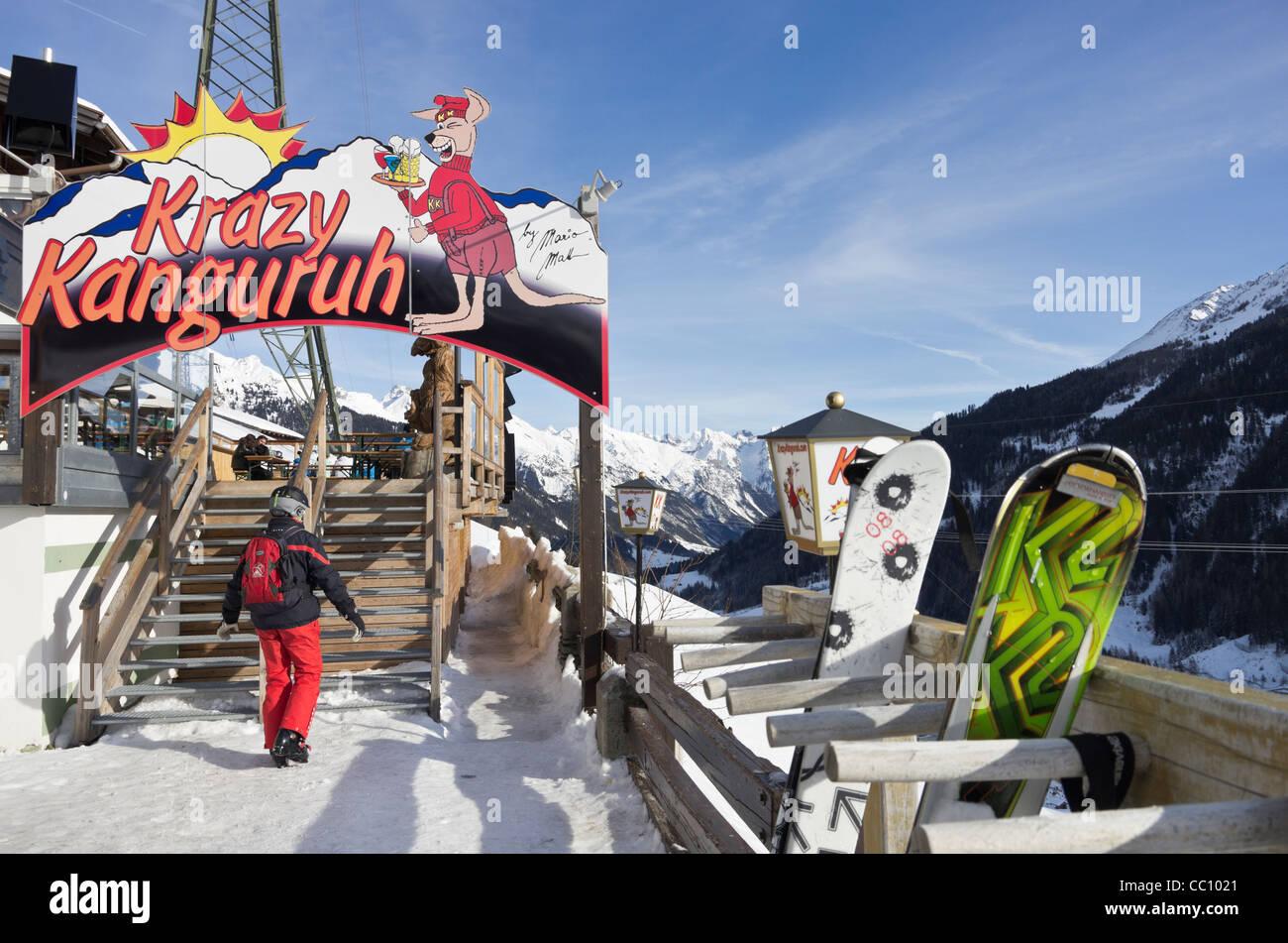 Krazy Kanguruh Après Ski Bar Ortseingangsschild Mit Skiern Außerhalb