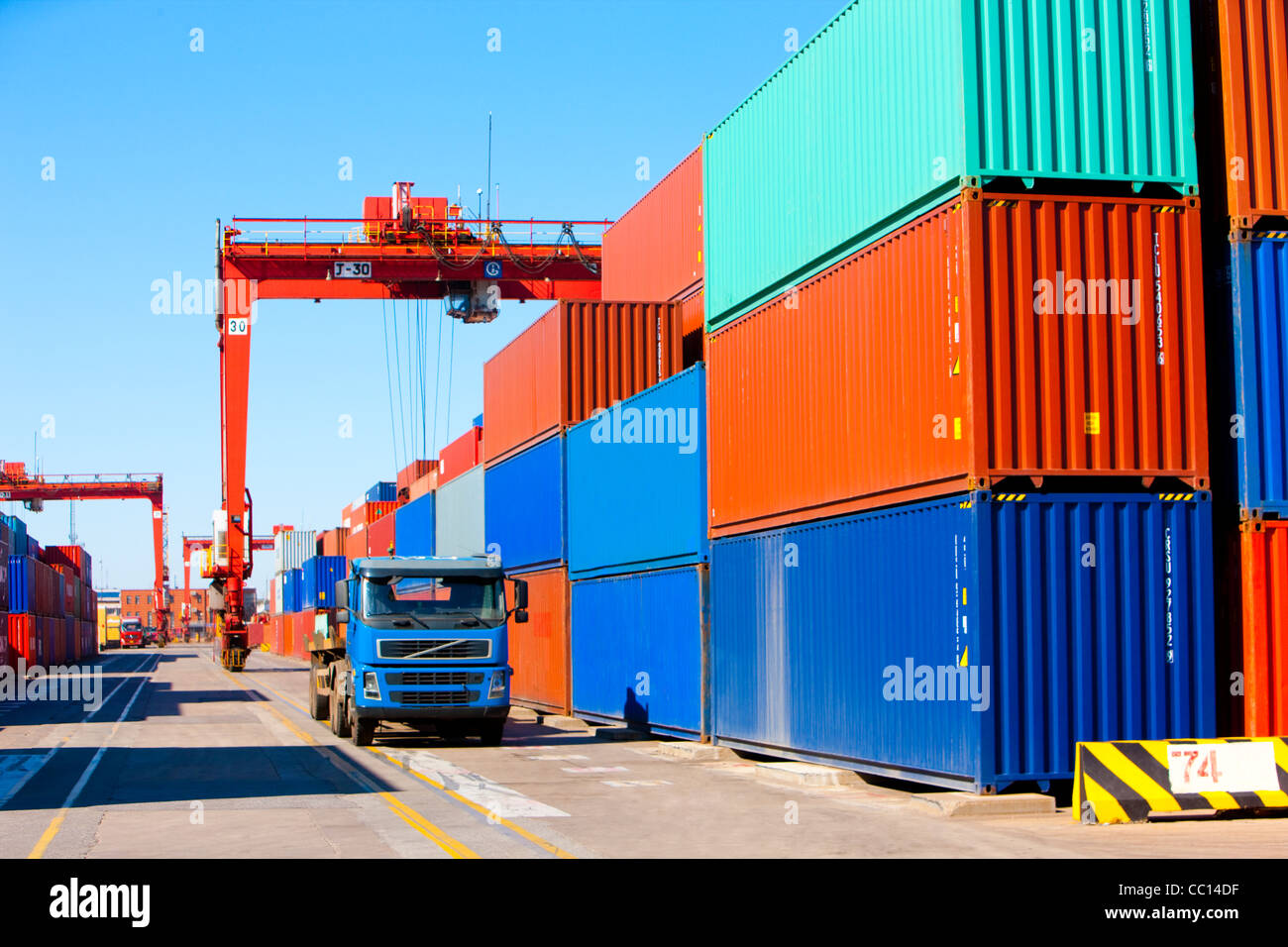 Kräne, LKW Und Container In Der Schifffahrt Dock
