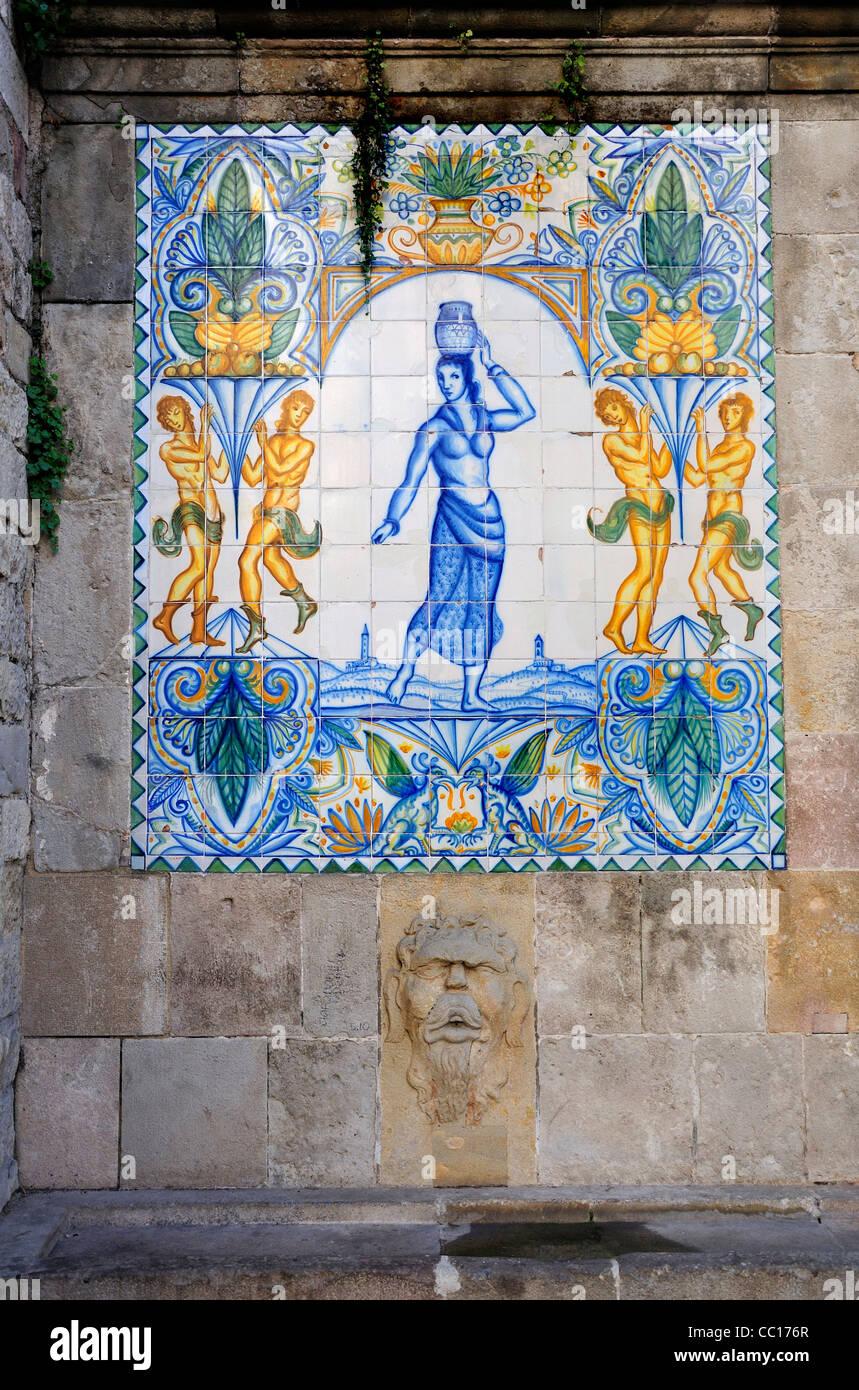 Barcelona, Spanien. Fliesen-Designs auf Trinkbrunnen im Carrer del ...