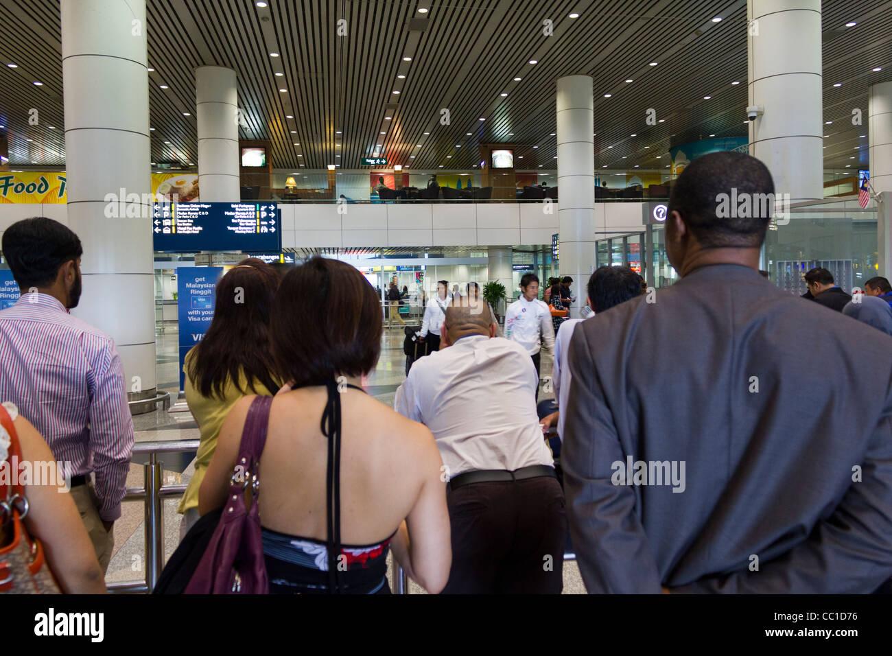 die Menschen Sie warten in der Ankunftshalle Flughafen Kuala Lumpur, Malaysia Stockbild