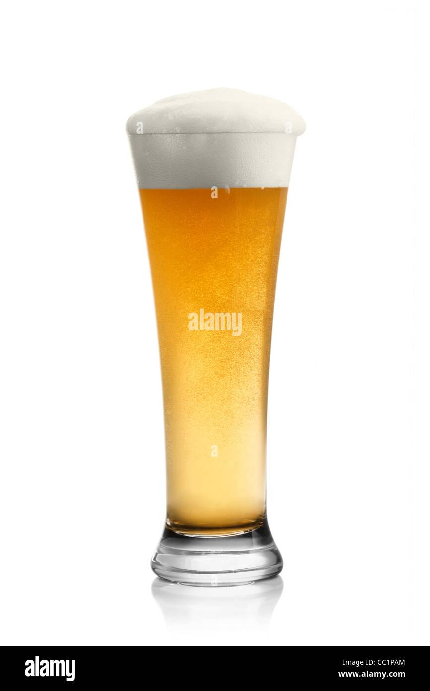 Bier in Glas isoliert auf weiss Stockbild