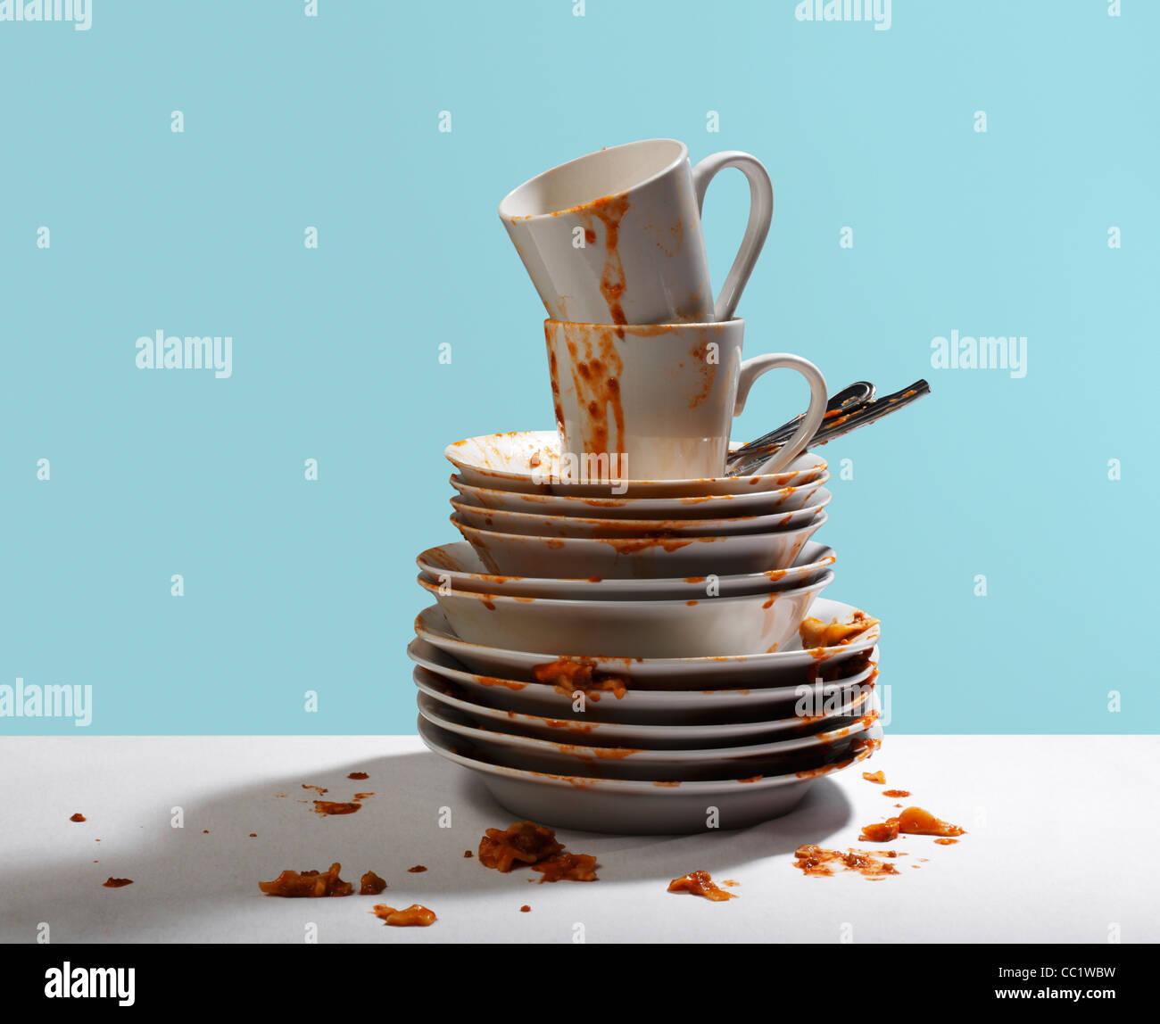 Studioaufnahme von schmutzigen, weißen Geschirr gestapelt Stockfoto