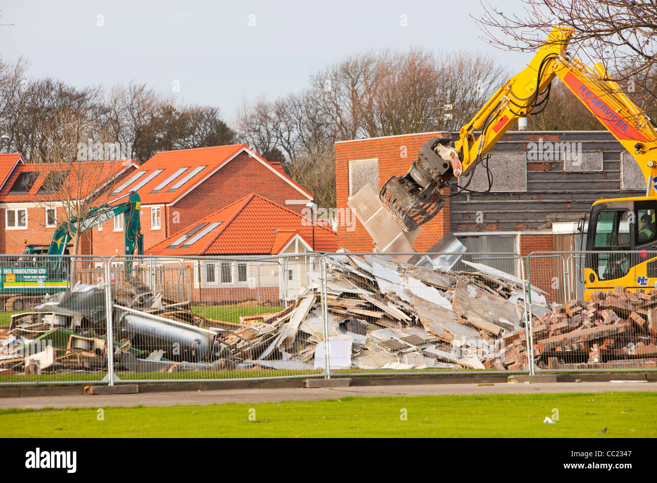 Verfallene Häuser am Stadtrand von Sunderland, UK, abgerissen, eine neue moderne effiziente grünen Wohnsiedlung Stockbild