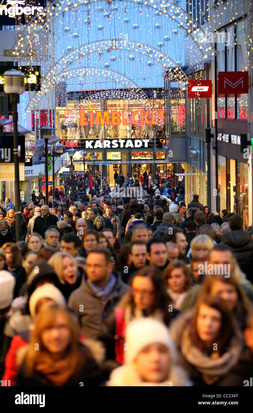 einkaufsmeile voll von menschen einkaufen gehen essen deutschland europa stockfoto bild. Black Bedroom Furniture Sets. Home Design Ideas