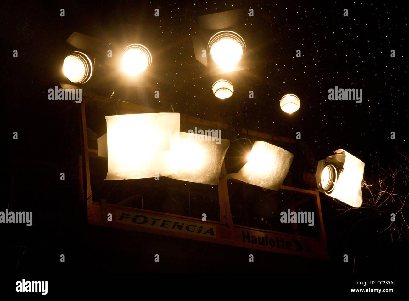 Elektrisches Licht in der Nacht als Beleuchtung für City-Event im freien Stockbild