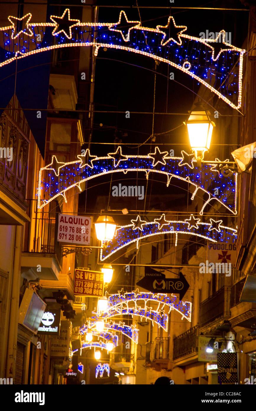 Weihnachten Dekorationen leuchtende Lichter hängen in Straße Palma ...