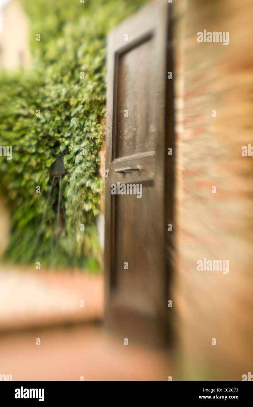 Offene Tür zum Garten. Stockbild