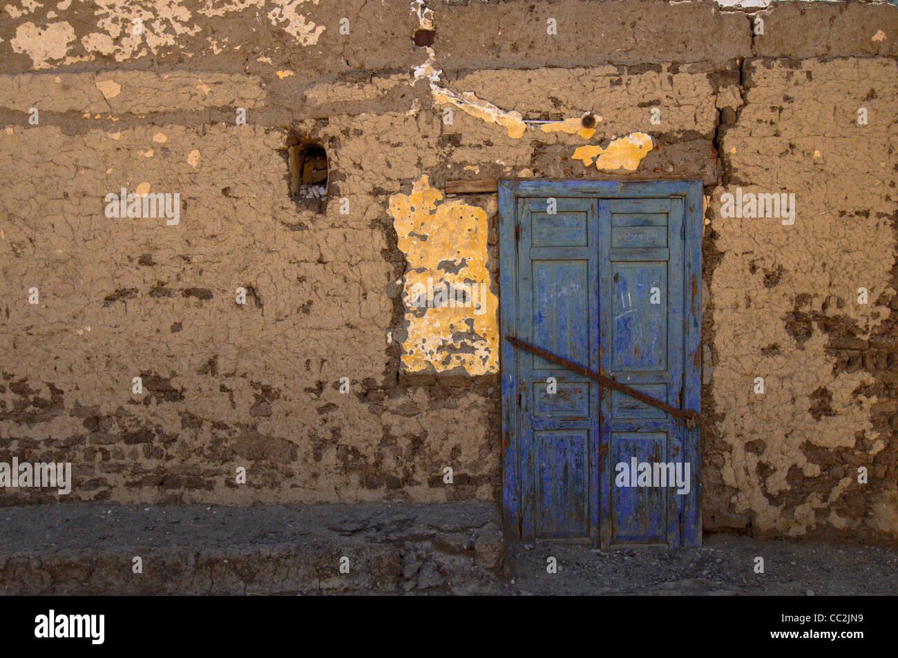Eine blaue Tür in der Stadt Luxor, Ägypten. Stockbild