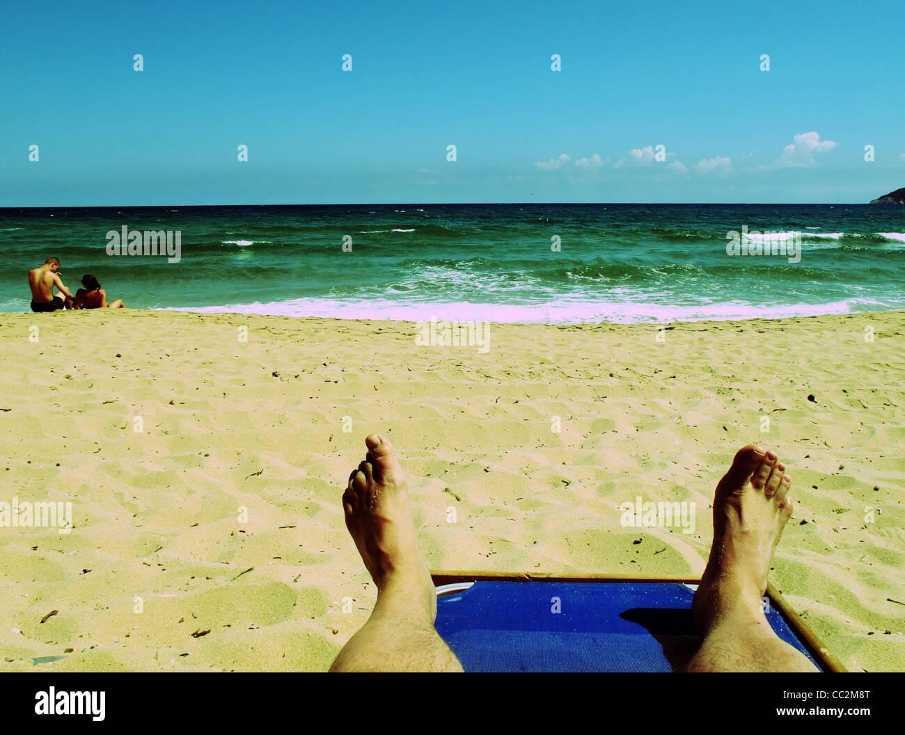 point of view outlook aus urlauber liegen auf einem liegestuhl am strand auf der griechischen. Black Bedroom Furniture Sets. Home Design Ideas