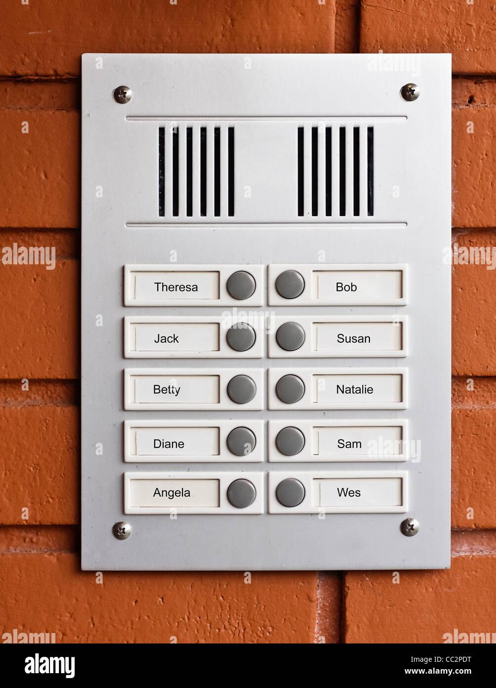 Rufen Sie Box oder Summer an Mehrfamilienhaus Stockbild