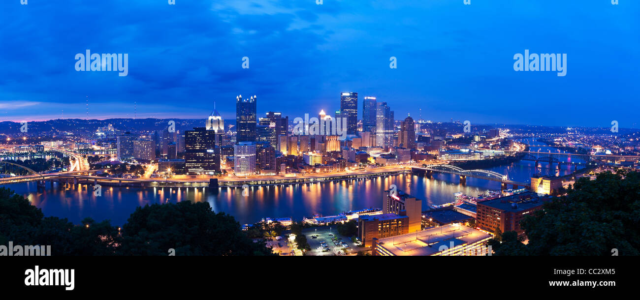 USA, Pennsylvania, Pittsburgh, Skyline in der Abenddämmerung Stockbild