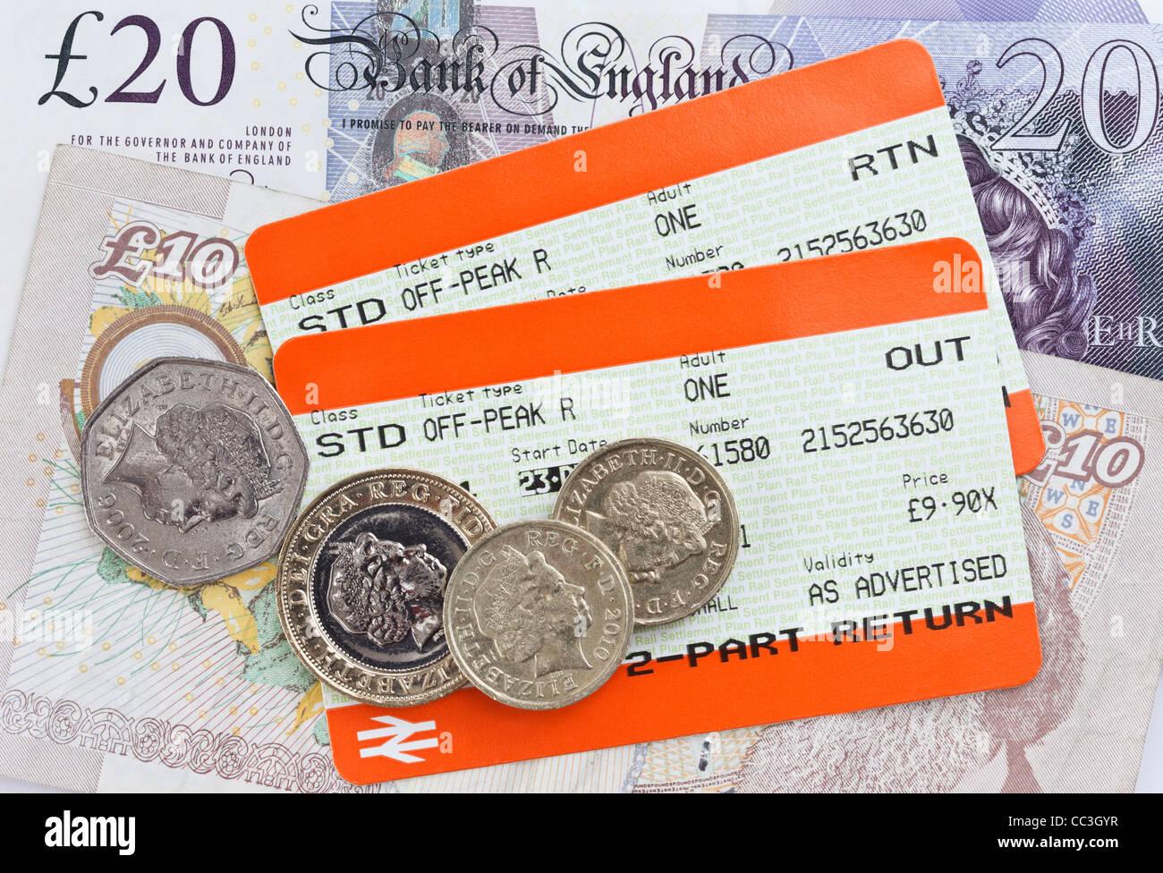 Zwei britische Bahn Tickets für Standard off-peak Value Travel heraus und mit Sterling geld Banknoten und Münzen Stockbild